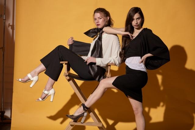 白黒基調ファッションの若い女性モデル2人